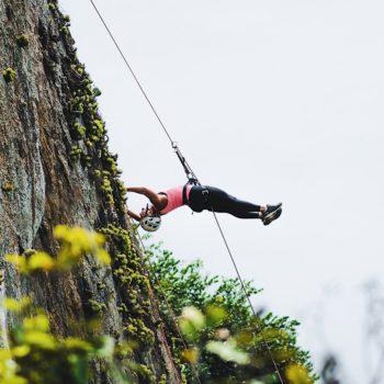 aventureira no rapel na pedra do pontal